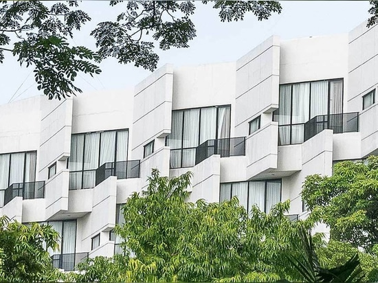 ROHE Architektur entwirft ein wickering konkretes rivoli Hotel im gedrängten Ost-Jakarta