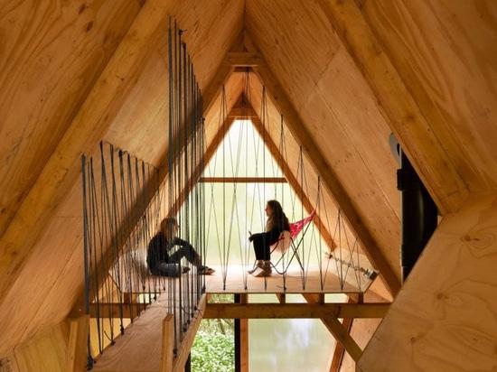 unsichtbares Studio errichtet niedrige Kosten, neu festlegbares Haus unter Verwendung des Bauholzes und weggeworfene Materialien