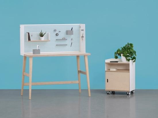 Schreibtisch, Kabinett auf Rädern, Wänden, Spiegel, beweglichen Regalen und aus Zusätzen 3D-printed bestehend, erlaubt das System der modularen Möbel des jungen Mannes durch Grynasz-Studio für Fam ...