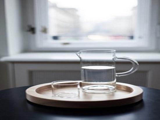 Hotel-Wesensmerkmalekaraffe und Glassatz durch Maria Jeglinska für Autorn-Räume. Fotografiehöflichkeit von Maria Jeglinska.
