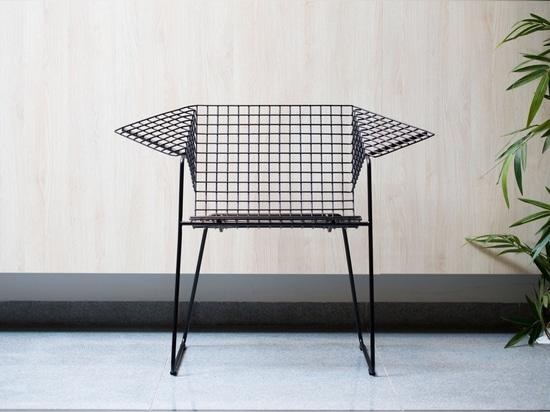 Der Stuhl Maschendraht Gitters 55 durch Czesław Knothe, jetzt produziert durch Vzor. Fotografiehöflichkeit von Vzor.