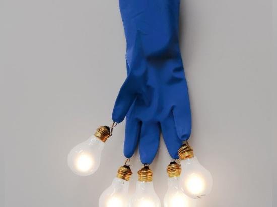 Luzy durch Ingo Maurer, der Arbeitshandschuh mit einer Birne an jeder Fingerspitze