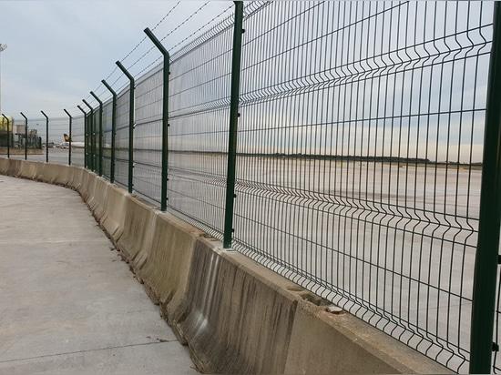 Zaun in T1 des Barcelona-Flughafens