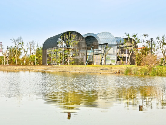 Gewächshaus als Haupt-/SCHRÄGEN Architekten