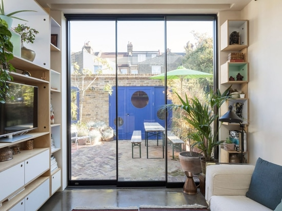 Aufstiegs-Entwurfs-Studio gestaltet London-Garten um, der, um Lagerung und Licht zu maximieren flach ist