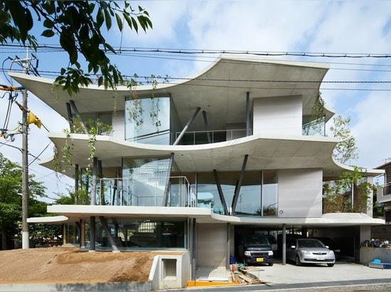 tomohiro hata konstruiert das 'Grundhaus' in Erwiderung auf die Dichte von Osaka