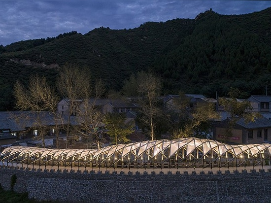 LUO verwendet übrig gebliebene Materialien des erneuerten chinesischen Dorfs wieder, um eine Pergola für Einheimische zu errichten