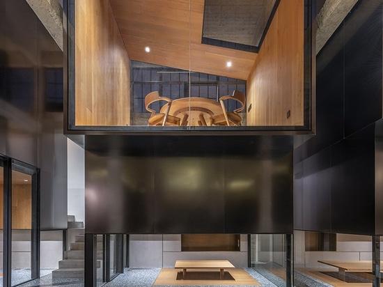 linehouse stapelt Edelstahlteehäuser auf grünem Terrazzo in Shanghai