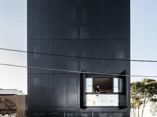 DKO + PLATTE fügen schwarze Metallsiebfassade vertikalen Wohnungen in Australien hinzu