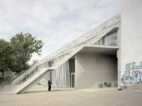 Innovative Reihenhäuser teilen große Außenräume in Berlin