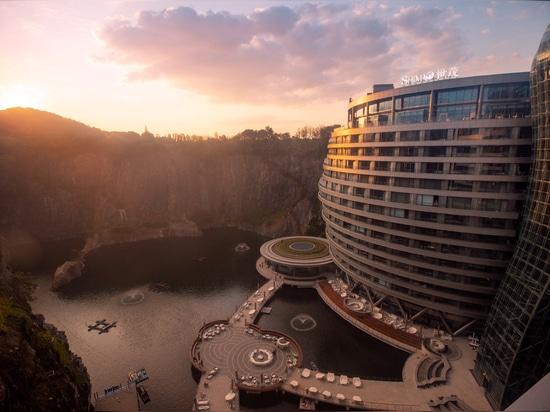 """Jade + QA stellt """"groundscraper"""" Hotel im chinesischen Steinbruch vor"""
