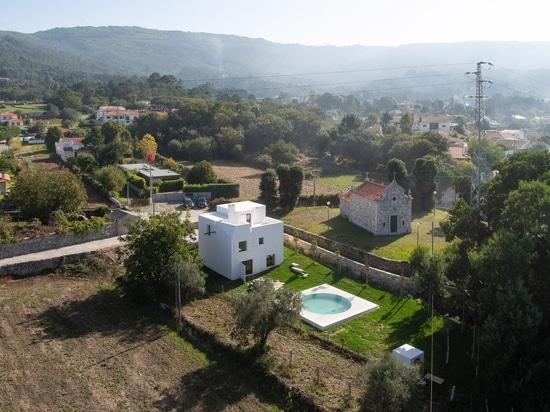 """Guilherme Machado Vaz entwirft geometrisches weißes Haus als """"abstrakte Skulptur"""""""