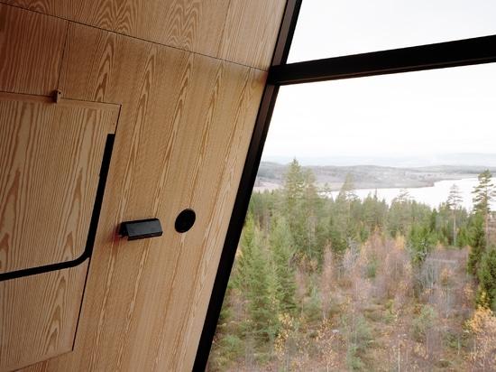 Espen Surnevik erhöht Paare Treetopkabinen auf Stelzen im norwegischen Wald