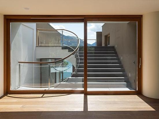 herzog u. de Meuron errichtet acht Landhäuser auf den geneigten Banken von See Lugano