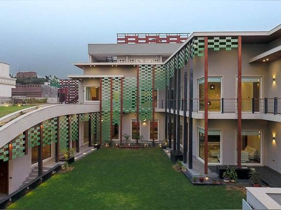 Anagrammarchitekten besucht die Bungalowtypologie im Vierschlafzimmerwohnsitz in Indien nochmals
