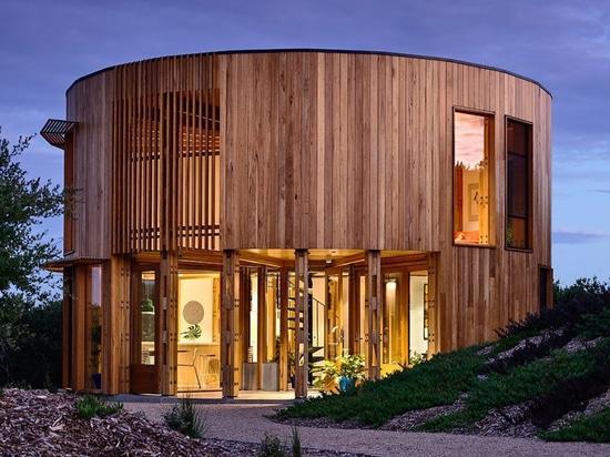 wird Kreisstrandhaus Austin-maynards unter den Küstendünen von Australien abgeschlossen