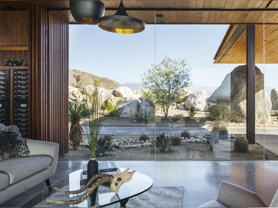 Wüsten-Palisadewachstube stellt modernes Palm Springs-Leben dar