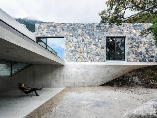 Steinkästen steigen in einen Waldhimmel auf einem gemeißelten Betonsockel