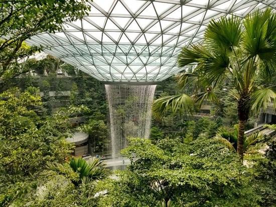 riesiger Innenwasserfall sah vor der April-Öffnung Juwel Changi-Flughafens vorher