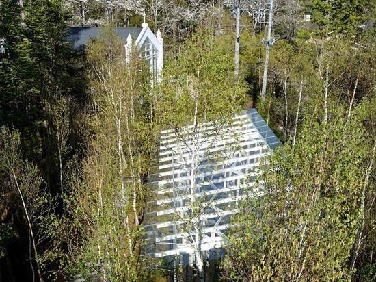 kengo kuma kombiniert Baumstämme und -glas für die Birkenmooskapelle in Japan