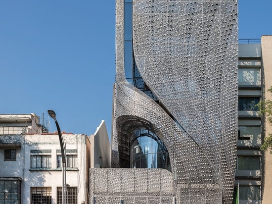 belzberg Architekten clads mexikanisches Bürogebäude in perforierter Kohlenstoffstahlfassade