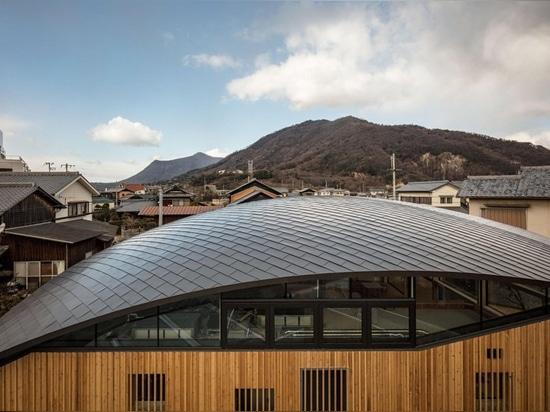 gebogenes hölzernes Gitterdach hängt über Kindergarten des blauen Himmels der nascas in Japan