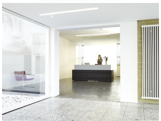 Später hinzugefügtes Eingangsgebäude am Wilkhahn-Verwaltungsgebäude von Herbert Hirche.
