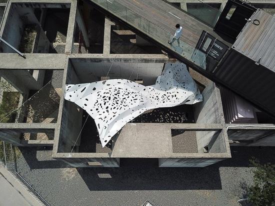 """yong ju lee installiert eine """"die windförmige"""" Haube, um die fließende Bewegung des Stoffes zu simulieren"""