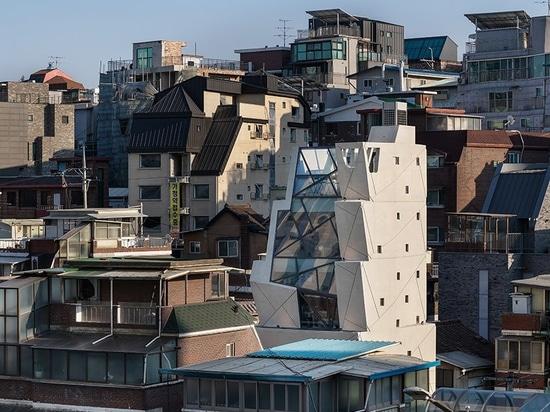 """moon hoon manipuliert einen Stapel """"Eimer"""" für das Sesamöl-Hauptquartier in Seoul"""