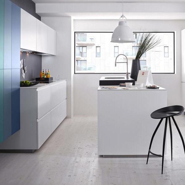 Moderne Küche / lackiertes Holz / Kochinsel / ohne Griff ...