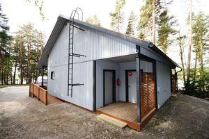Fertigbau-Gebäude / aus verzinktem Stahl / Stahlrahmen / für sanitäre Anlagen