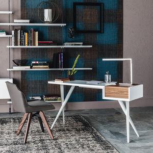Nussbaumschreibtisch / lackiertes Holz / lackierter Stahl / modern