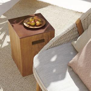 moderner Beistelltisch / Lavastein / mit Fußgestell aus Teakholz / quadratisch