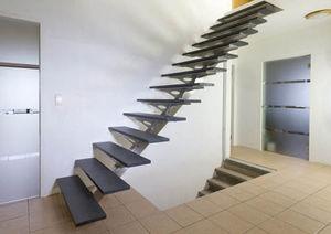 gerade Treppe / Edelstahlgestell / Steinstufen / ohne Setzstufe