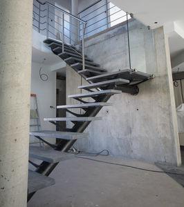viertelgewendelte Treppe / Stahlstruktur / Steinstufen / ohne Setzstufe