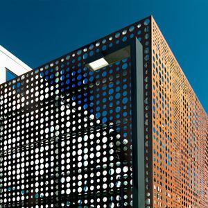 Metall-Sonnenschutzlamelle / für Fassaden / vertikal / perforiert
