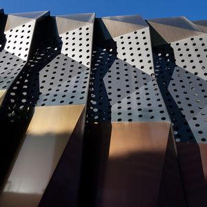 Kassetten-Fassadenverkleidung / Aluminium / perforiert / 3D