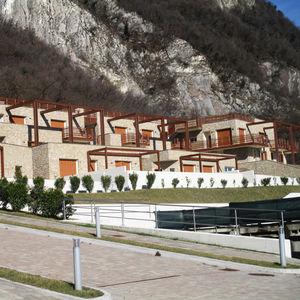 Fertigbauhaus / Modul / temporär / aus Massivholz-Block