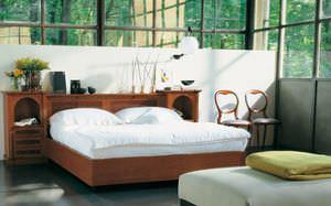 Doppelbett / klassisch / mit integriertem Nachttisch / aus Kirschbaum