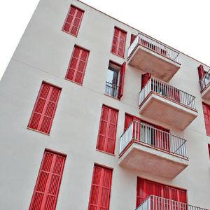 faltbare fensterläden / extrudiertes Aluminium / für Fassaden / mit Jalousie