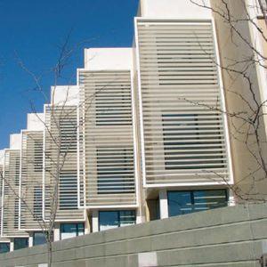 Schiebe-Fensterläden / Aluminium / für Fassaden / mit Jalousie