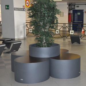 Bank mit integrierten Pflanzkübeln