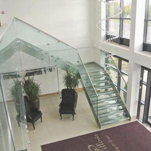 viertelgewendelte Treppe / Edelstahlgestell / Glasstufen / ohne Setzstufe