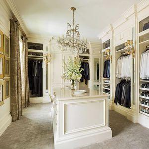 klassischer begehbarer Kleiderschrank