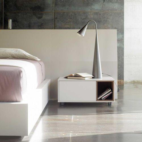moderner Nachttisch / Holz / mit Fußgestell aus Holz / rechteckig