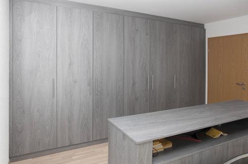 wandmontierter Kleiderschrank / modern / Holz / Schwingtüren
