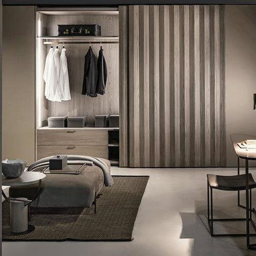 moderner Kleiderschrank / Holz / Schiebetüren