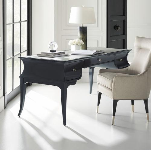 Schreibtisch / lackiertes Holz / Leder / klassisch / integrierter Stauraum