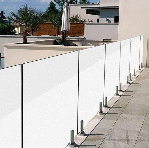 Glas-Windschutzwand