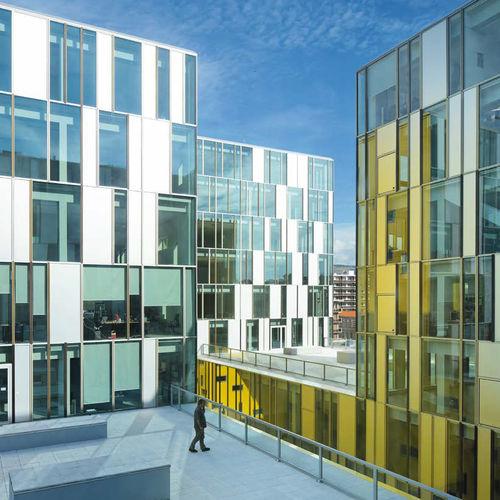 Vorhangfassade / freitragende Struktur / aus Aluminium und Glas / mit integrierter Isolierung / Akustik